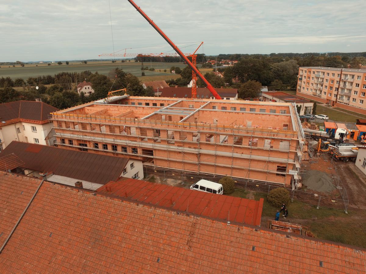 Nová školní budova se stává další dominantou Dobrušky - článek na Novinky.cz