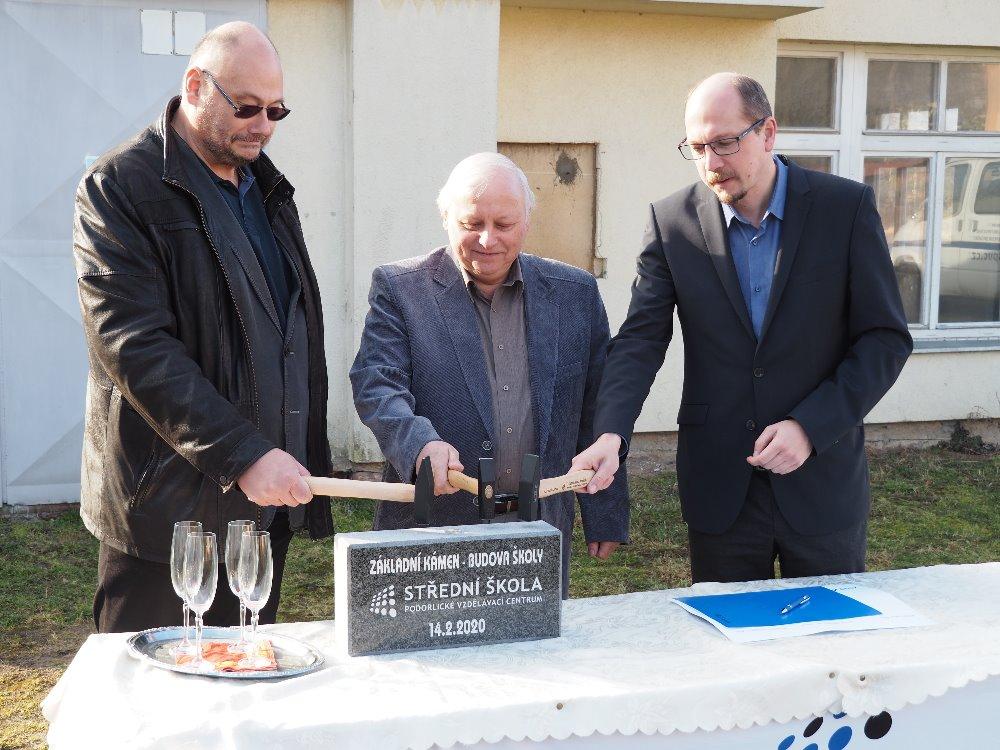 Naši školu navštívil hejtman Královéhradeckého kraje a poklepal na základní kámen nové budovy