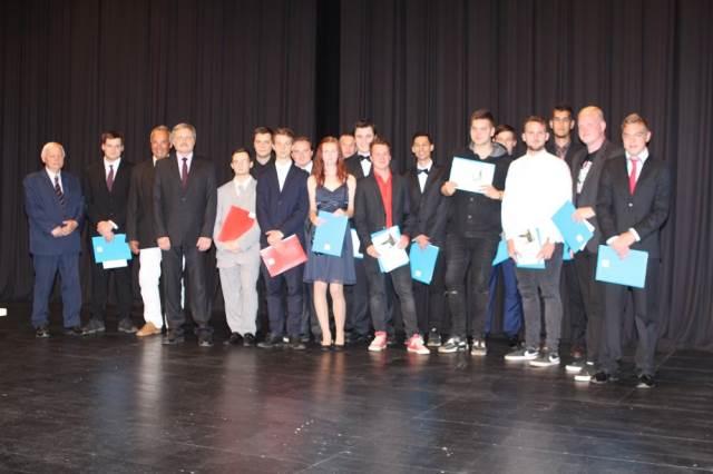 Noví absolventi převzali maturitní vysvědčení